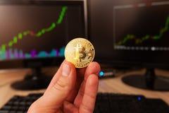 Moneda del bitcoin del oro Fotos de archivo libres de regalías