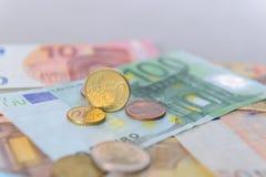 Moneda del centavo euro 50 en billetes de banco euro Imagen de archivo