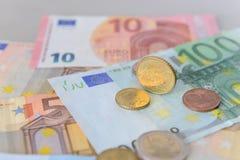 Moneda del centavo euro 50 en billetes de banco euro Foto de archivo