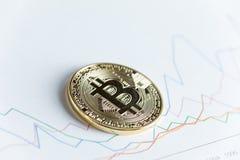 Moneda del cryptocurrency del bitcoin del oro en la línea gráfico de levantamiento que negocia el ch Fotografía de archivo