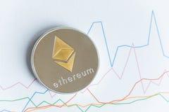 Moneda del cryptocurrency del ethereum del oro en la línea gráfico de levantamiento que negocia c Fotografía de archivo
