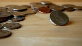 Moneda del dinero que gira y que hace girar en la tabla de madera Cuarto de giro almacen de metraje de vídeo