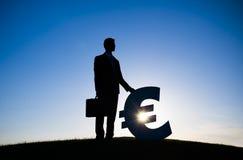 Moneda del EURO de Holding del hombre de negocios Fotografía de archivo