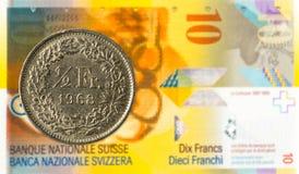 moneda del franco suizo 0,5 contra billete de banco del franco suizo 10 imagen de archivo libre de regalías