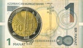 moneda del qepik de 50 azerbaiyanos contra 1 billete de banco azerbaiyano del manat