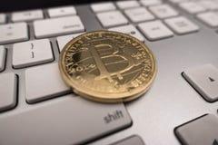 Moneda del recuerdo de Bitcoin en el teclado Imagenes de archivo