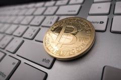 Moneda del recuerdo de Bitcoin en el teclado Imágenes de archivo libres de regalías