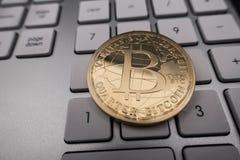Moneda del recuerdo de Bitcoin en el teclado Imagen de archivo libre de regalías