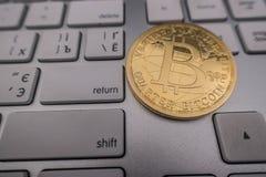 Moneda del recuerdo de Bitcoin en el teclado Fotografía de archivo libre de regalías