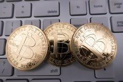 Moneda del recuerdo de Bitcoin en el teclado Foto de archivo libre de regalías