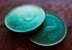 Moneda denar en el fondo del modelo del billete de banco, clo de Macedonia fotos de archivo libres de regalías