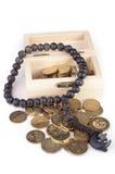Moneda en concepto caja-islámico de madera de las finanzas Imagen de archivo