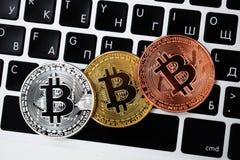 Moneda en el ordenador portátil del teclado, concepto electrónico del bitcoin de la moneda de oro de las finanzas Monedas de Bitc foto de archivo libre de regalías