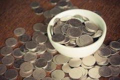 Moneda en la taza imagen de archivo