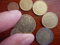 Moneda en una mano del hombre imagenes de archivo
