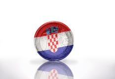 Moneda euro con la bandera croata en el blanco Foto de archivo