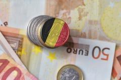 Moneda euro con la bandera nacional de Bélgica en el fondo euro de los billetes de banco del dinero Fotografía de archivo