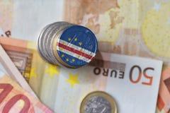 Moneda euro con la bandera nacional de Cabo Verde en el fondo euro de los billetes de banco del dinero Fotos de archivo