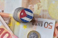Moneda euro con la bandera nacional de Cuba en el fondo euro de los billetes de banco del dinero Imagen de archivo