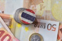 Moneda euro con la bandera nacional de Tailandia en el fondo euro de los billetes de banco del dinero Fotos de archivo libres de regalías