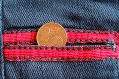 Moneda euro con una denominación del centavo euro dos en el bolsillo de Imágenes de archivo libres de regalías