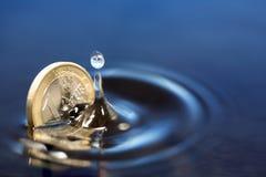 Moneda euro de hundimiento Fotos de archivo libres de regalías