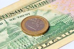1 moneda euro en 50 dólares Foto de archivo libre de regalías