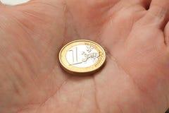 Moneda euro en una mano de los man?s Imagen de archivo