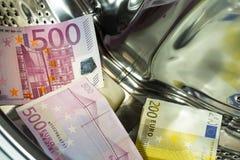 Moneda euro/europea, alta denominación en la lavadora, concepto del blanqueo de dinero fotos de archivo