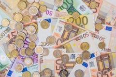 moneda euro que miente en billetes de banco Fotografía de archivo libre de regalías