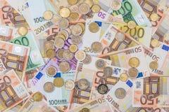 moneda euro que miente en billetes de banco Fotos de archivo