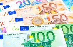 Moneda euro que miente sobre billetes de banco euro de la moneda Foto de archivo