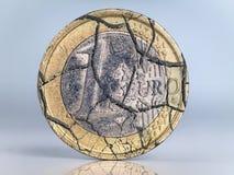 Moneda euro que se agrieta Foto de archivo
