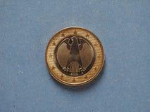 1 moneda euro, unión europea, Alemania sobre azul Imagen de archivo