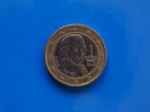 1 moneda euro, unión europea, Austria sobre azul Fotografía de archivo