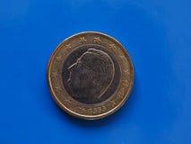 1 moneda euro, unión europea, Bélgica sobre azul Foto de archivo libre de regalías
