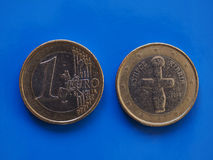 1 moneda euro, unión europea, Chipre sobre azul Imagen de archivo libre de regalías