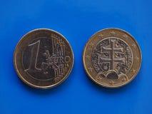 1 moneda euro, unión europea, Eslovaquia sobre azul Foto de archivo