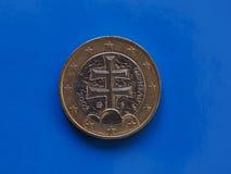 1 moneda euro, unión europea, Eslovaquia sobre azul Fotos de archivo libres de regalías
