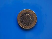 1 moneda euro, unión europea, Eslovenia sobre azul Imágenes de archivo libres de regalías