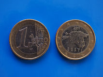 1 moneda euro, unión europea, Estonia sobre azul Imagen de archivo
