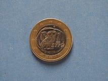 1 moneda euro, unión europea, Grecia sobre azul Fotos de archivo libres de regalías