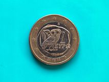 1 moneda euro, unión europea, Grecia sobre azulverde Fotografía de archivo