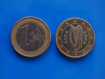 1 moneda euro, unión europea, Irlanda sobre azul Imagen de archivo