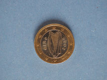 1 moneda euro, unión europea, Irlanda sobre azul Foto de archivo