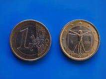 1 moneda euro, unión europea, Italia sobre azul Foto de archivo