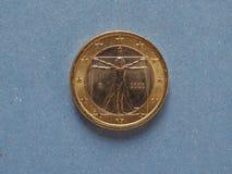 1 moneda euro, unión europea, Italia sobre azul Imagenes de archivo