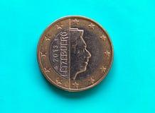 1 moneda euro, unión europea, Luxemburgo sobre azulverde Imagen de archivo