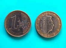1 moneda euro, unión europea, Luxemburgo sobre azulverde Imagenes de archivo