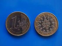 1 moneda euro, unión europea, Portugal sobre azul Imagenes de archivo
